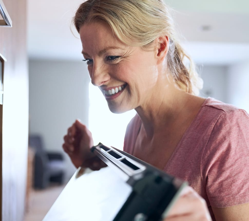 Frau öffnet einen Ofen