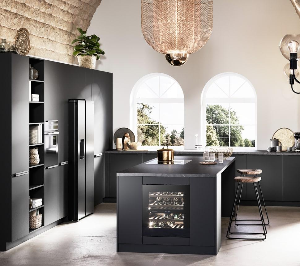Schwarze Küche mit Insel und Weinkühslschrank