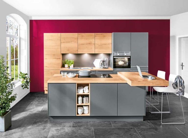 graue küche mit hellholz fronten und arbeitsplatten