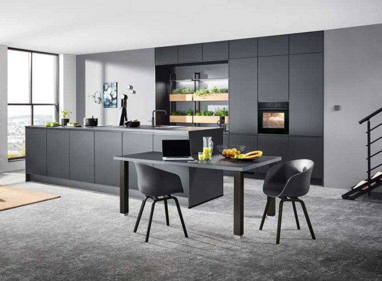 dunkelgraue moderne Küche mit Kücheninsel