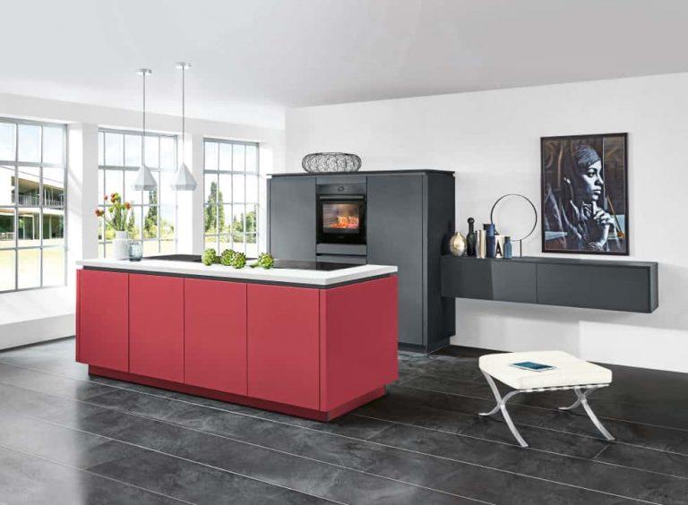 Rote Bosch Küche mit Kücheninsel