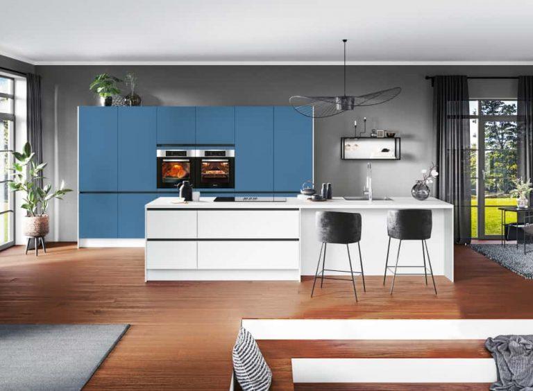 blau-weisse Küchen mit Kücheninsel