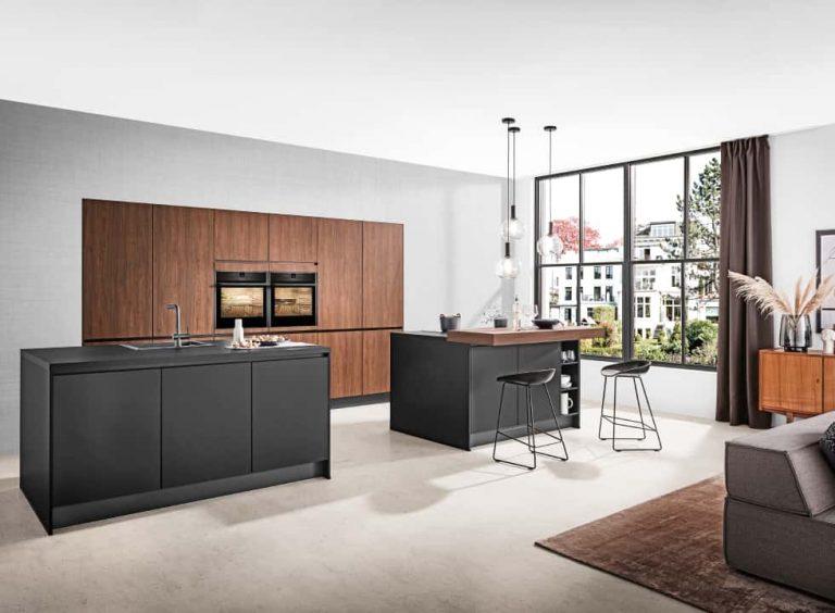 dunkle Küche mit 2 Kücheninseln