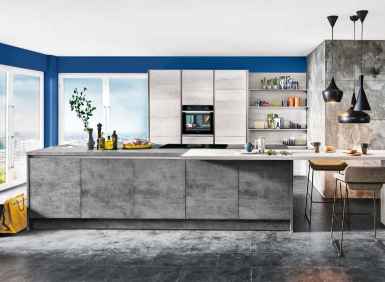 Küche mit grifflosen Fronten und offenen Regalen