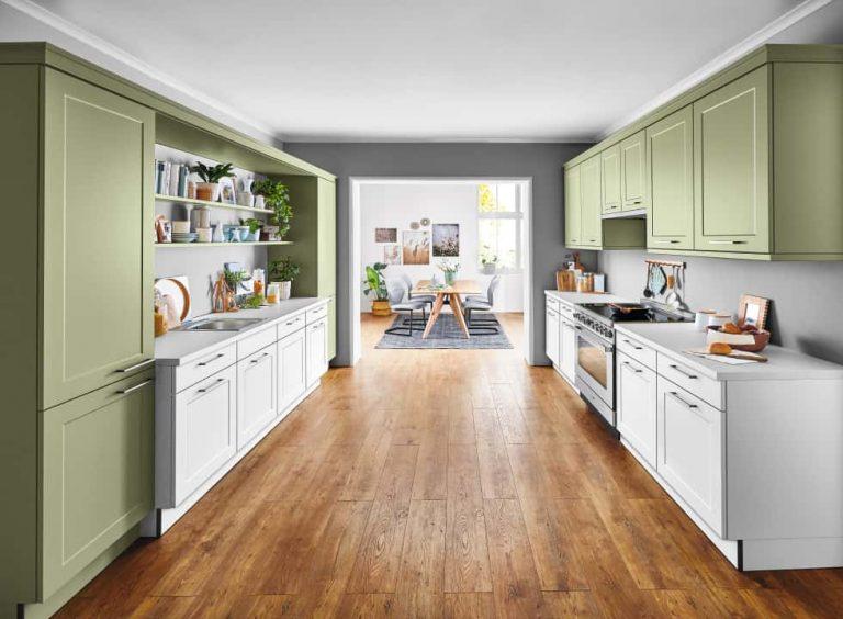 Weiss grüne Küche mit zwei Küchenzeilen