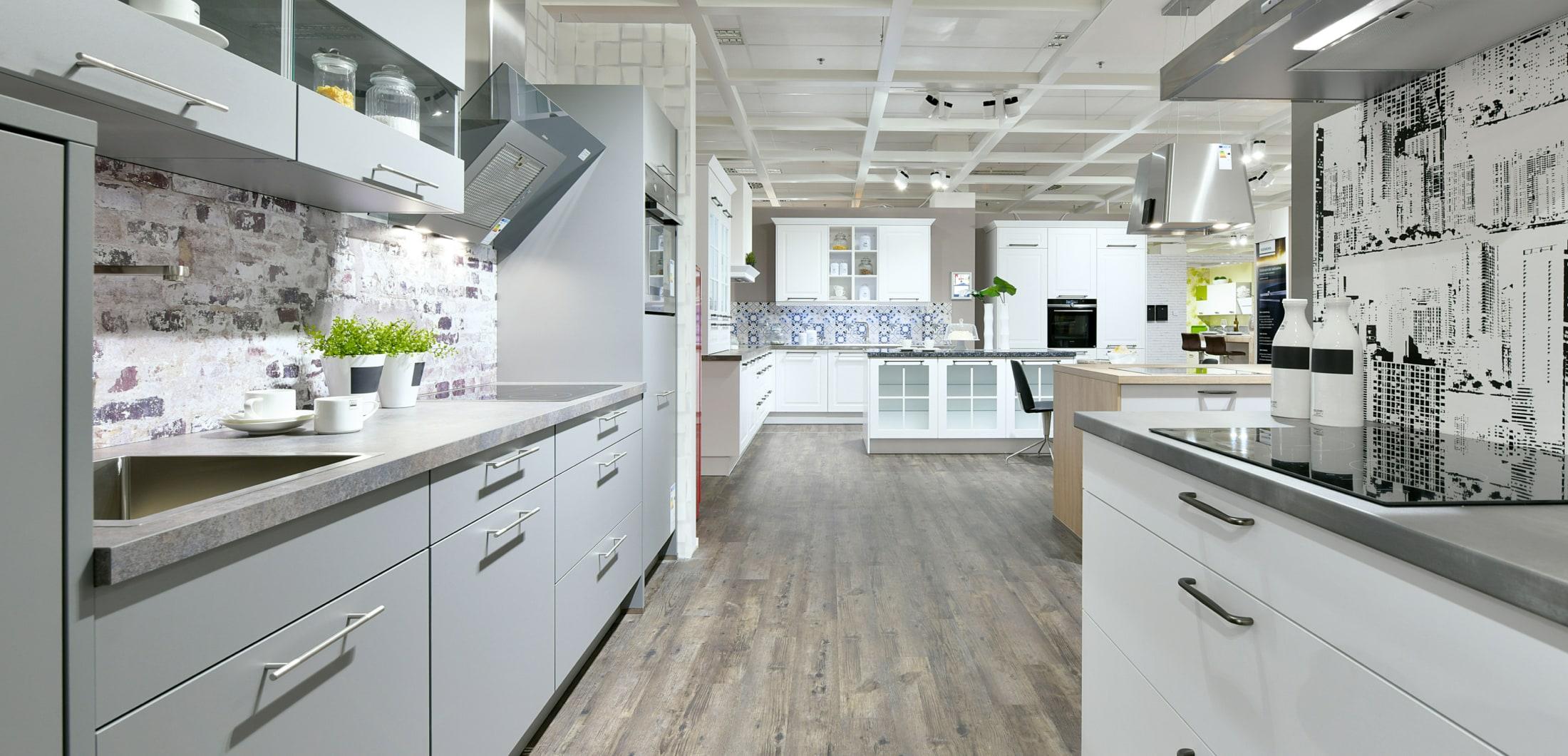 Verschiedene Einbauküchen mit weißer Front.