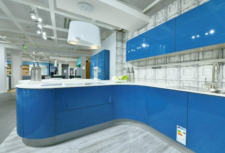 blaue Küche mit weißer Arbeitsplatte