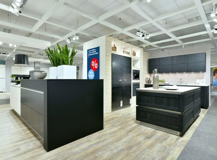 Designerküche mit schwarzer Front.