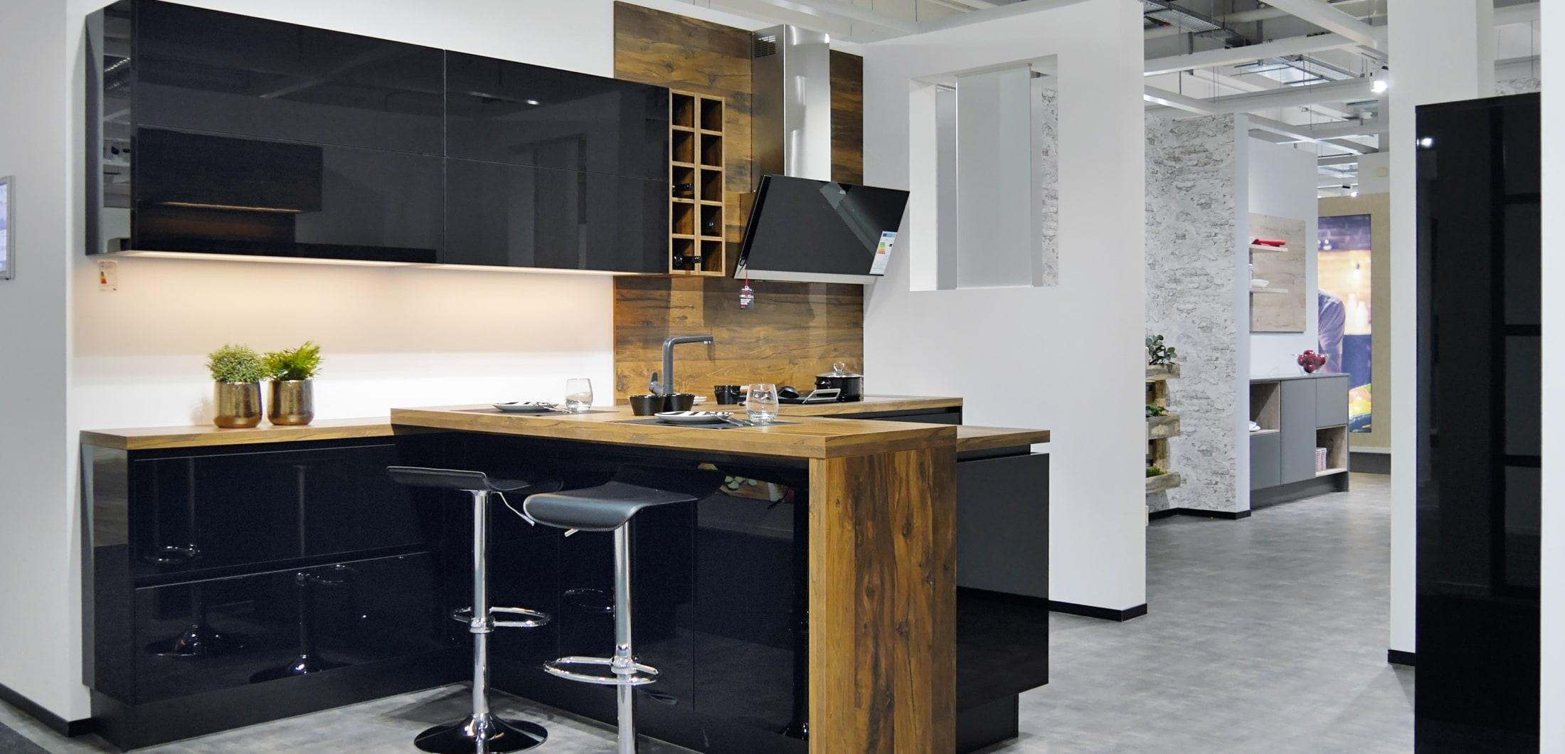 Holzküche mit modernen Küchengeräten