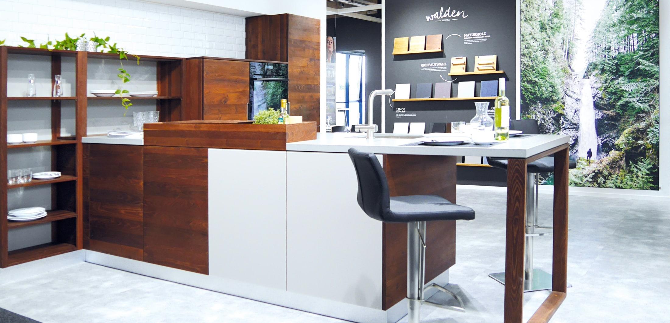 moderne L-küche mit weißer Verkleidung