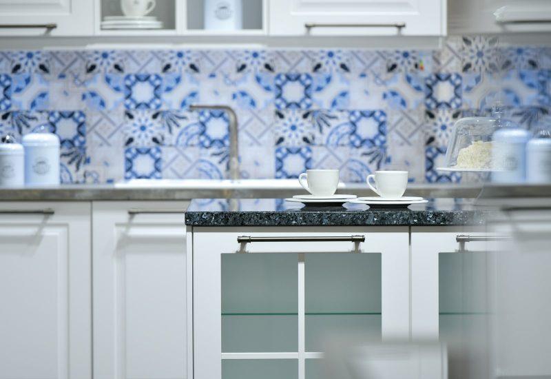 Nahaufnahme von Holzküche mit weißer Front im Küchenstudio Bonn