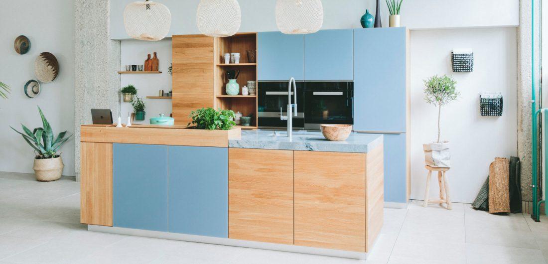 Helle Echtholzküche mit blauen Fronten