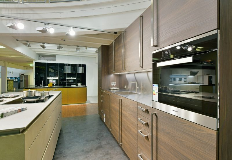 Küchenzeile mit Holzoptik und modernen Küchengeräten.