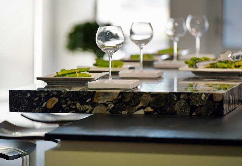 Weingläser auf Küchentheke