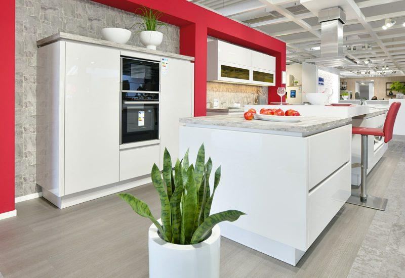 Hochwertige Küche mit Kücheninsel mit hochwertigen Küchengeräten. Energieffizienten Backofen und Ceranfeld.