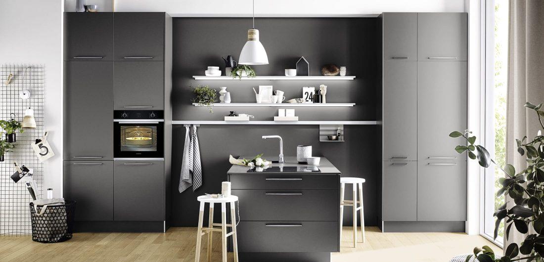 Graue preiswerte und stillvolle Küche mit EInbaurgeräten
