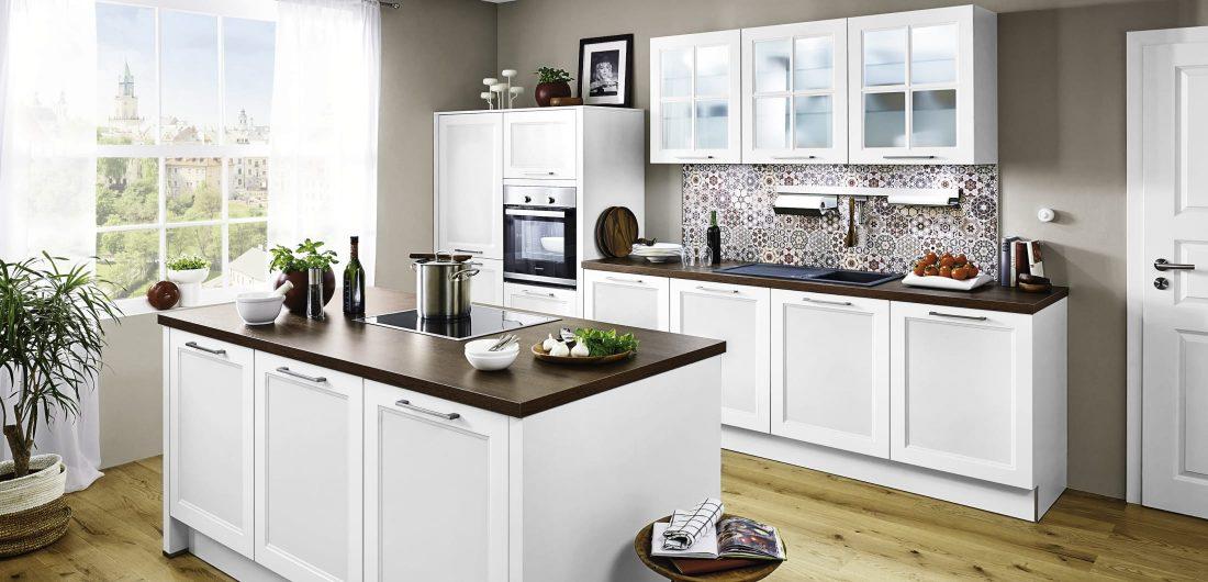 Weiße Küche mit Einbaurgeräten