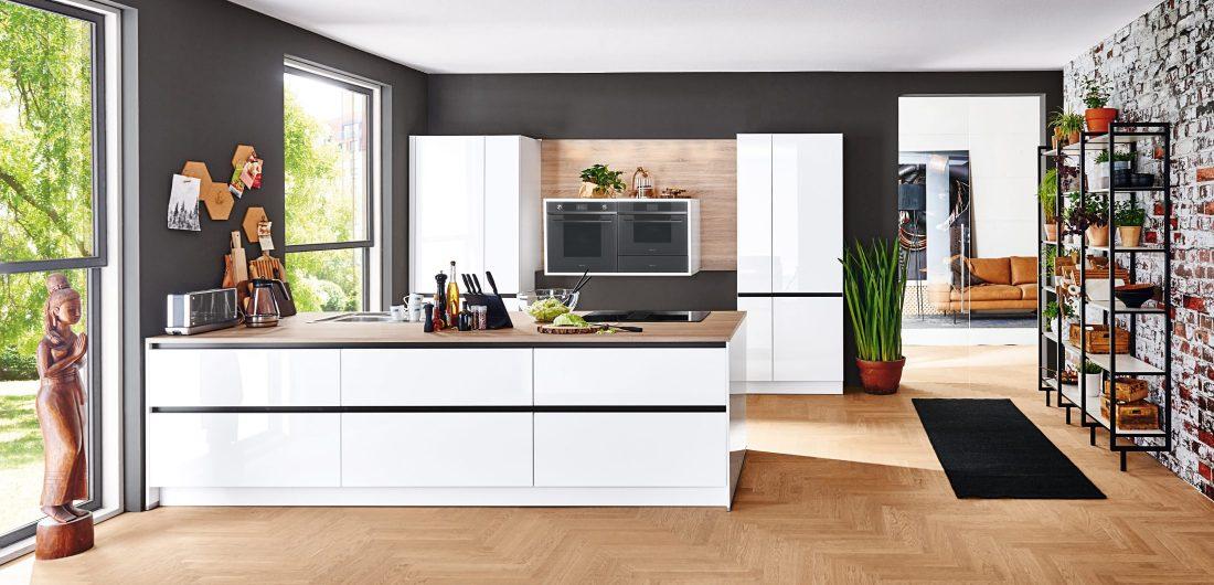 Weiße Küche mit Kraeuterregal