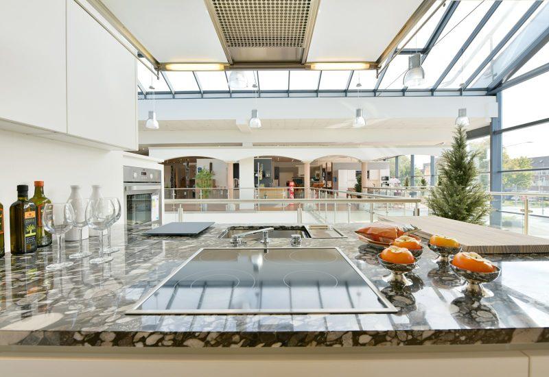 Ceranfeld und Dunstabzugshaube. Moderne Küchenausstattung.