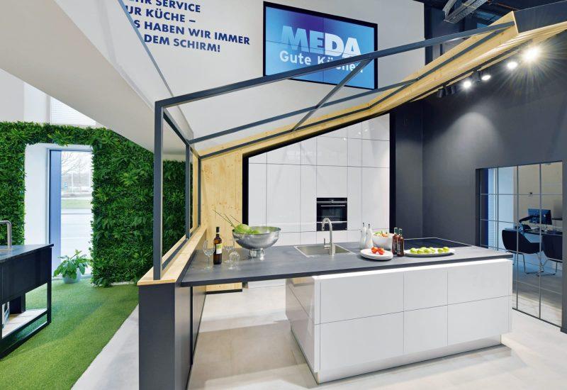 Moderne Küche mit weißen Fronten und schwarzer Arbeitsplatte