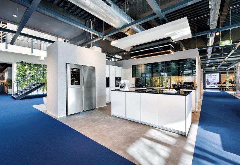 moderne Musterküche mit Kücheninsel und Side-by-Side Kühl-Gefrierkombination
