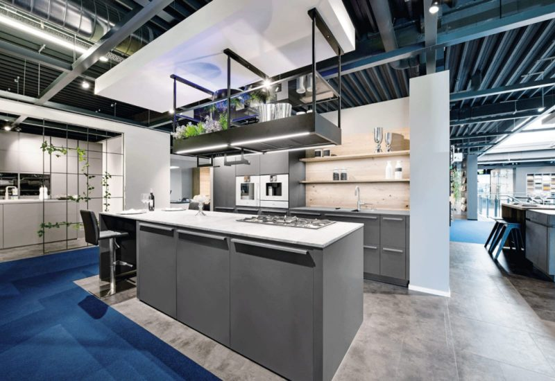 moderne Küche mit Küchenzeile und Kochinsel