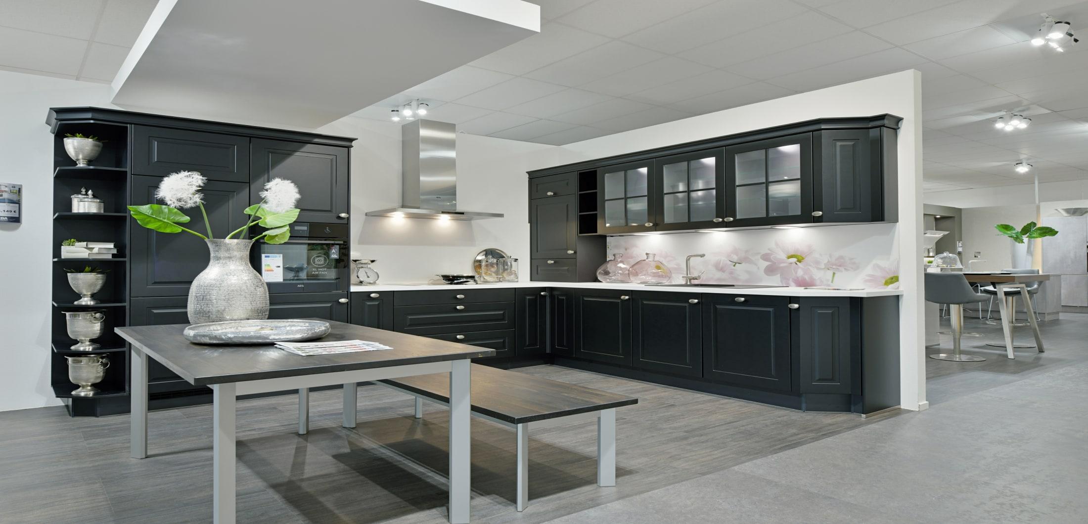 moderne L-Küche mit Esszimmer