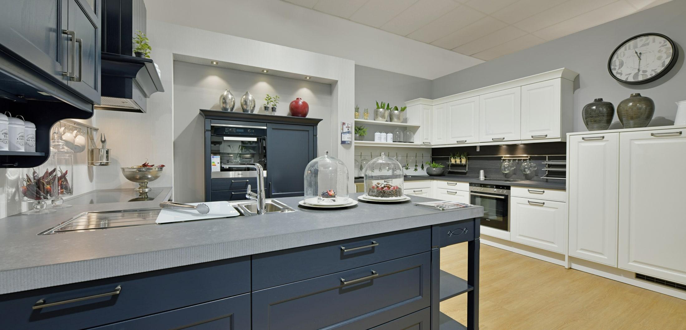 moderne Landhausküche mit Kücheninsel und blauen Fronten