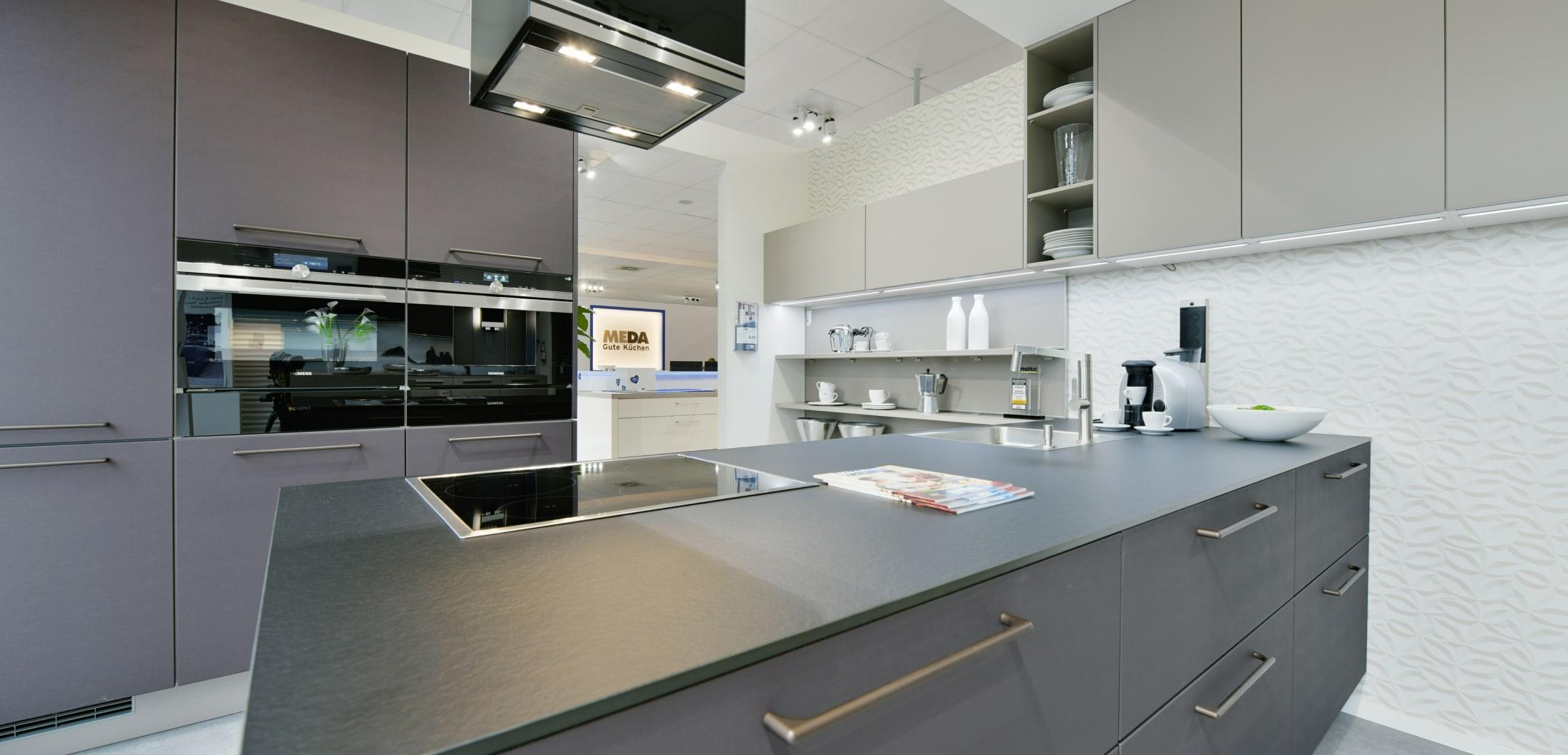 Anthrazit Designerküche mit Kochinsel
