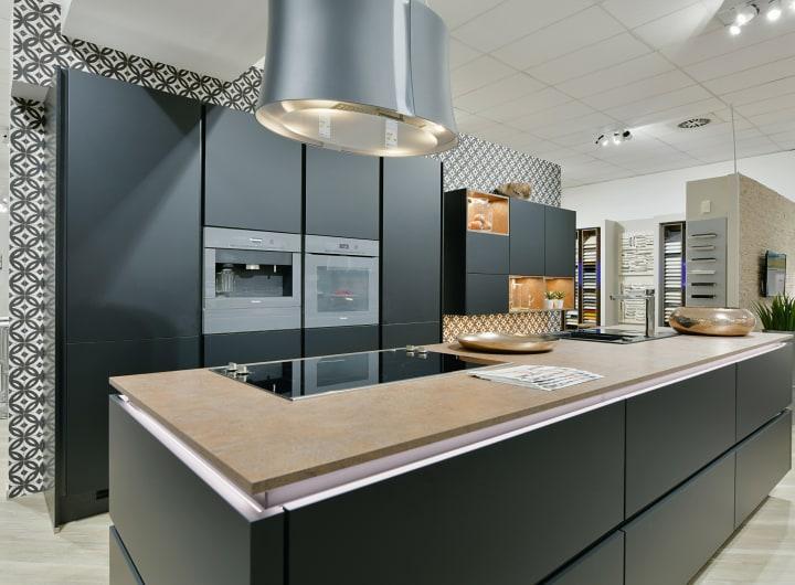 Kücheninsel mit Kochfeld und innovativem Dunstabzug