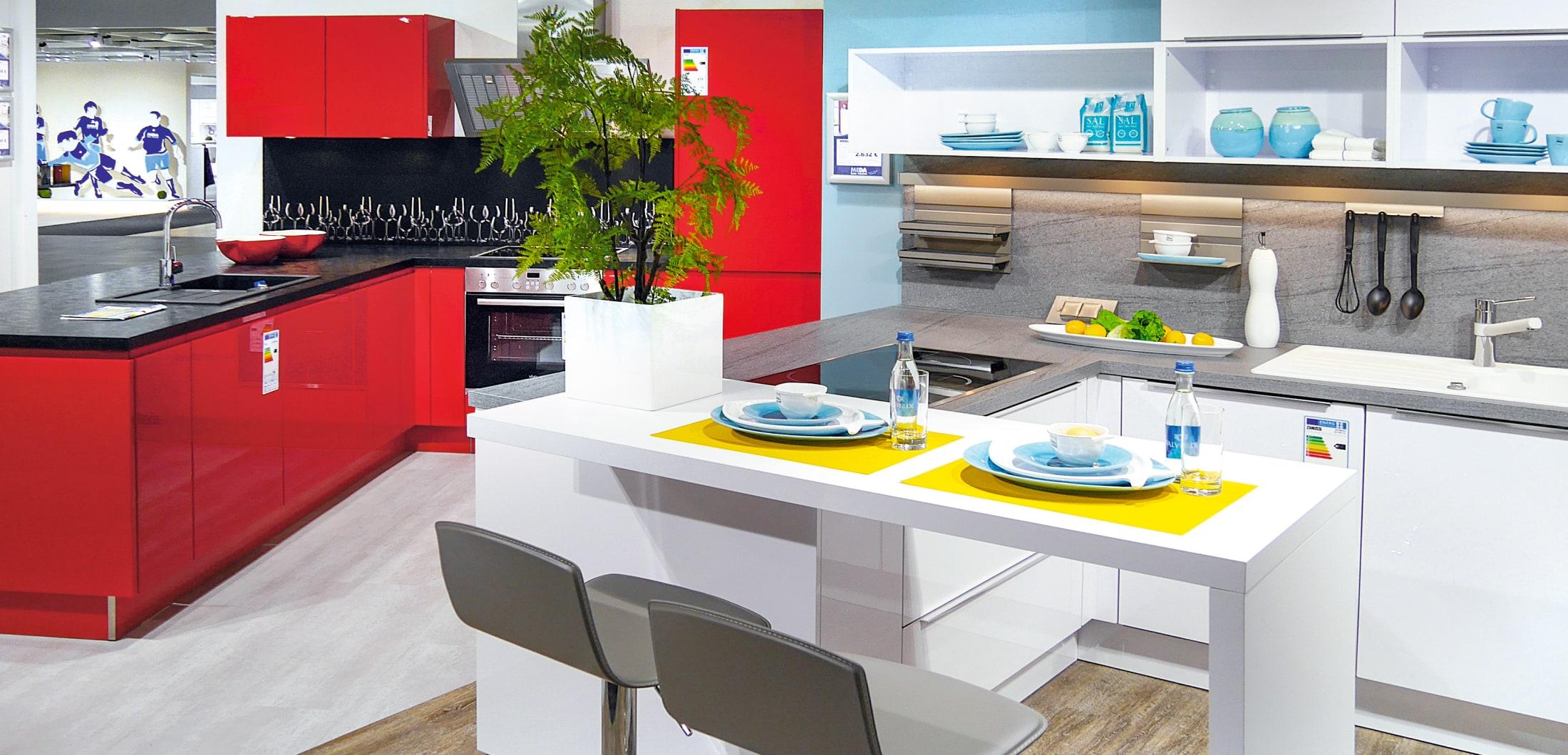 Küche mit weiße und roter Front im Küchenstudio Gelsenkirchen