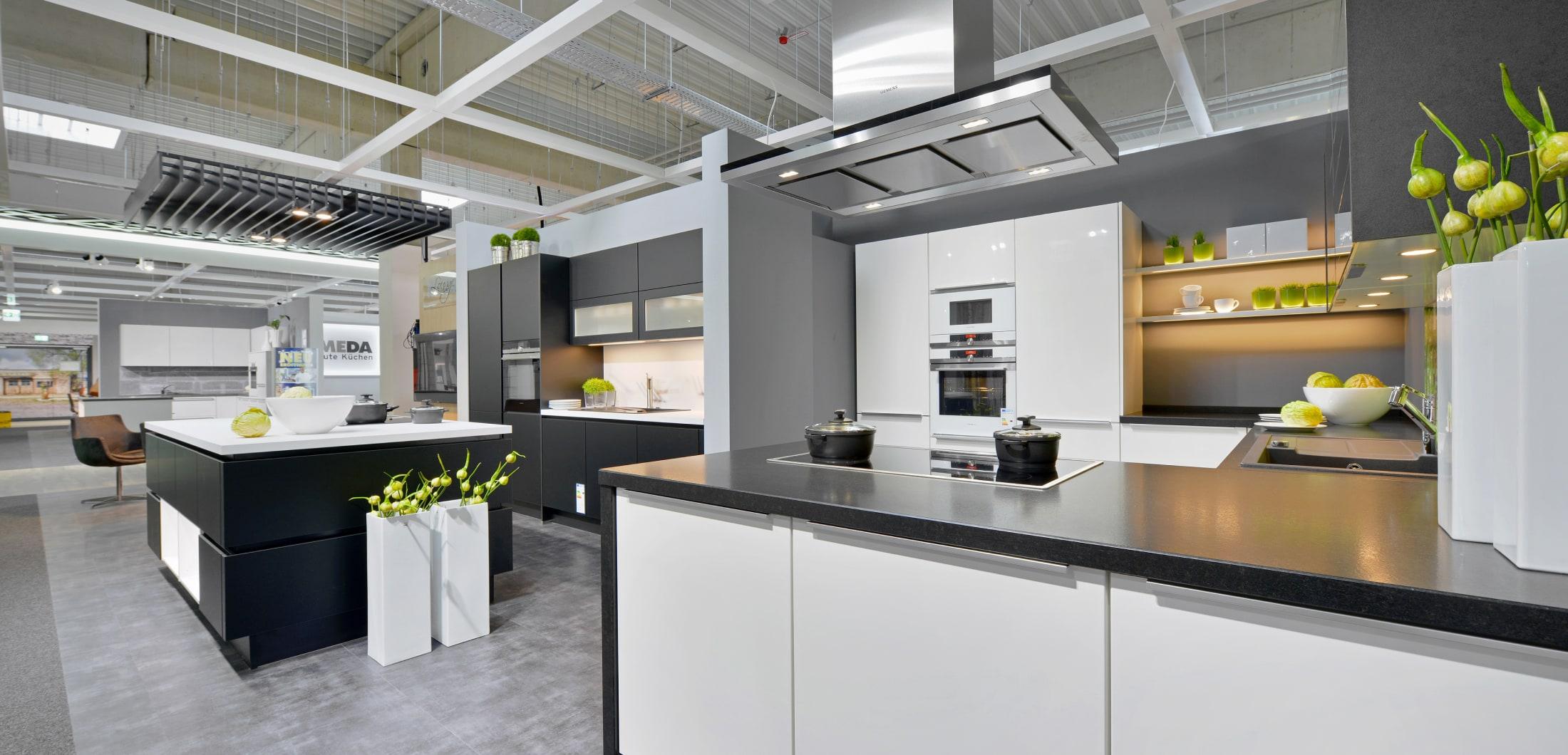moderne Küche mit weißen Fronten und dunkler Arbeitsplatte