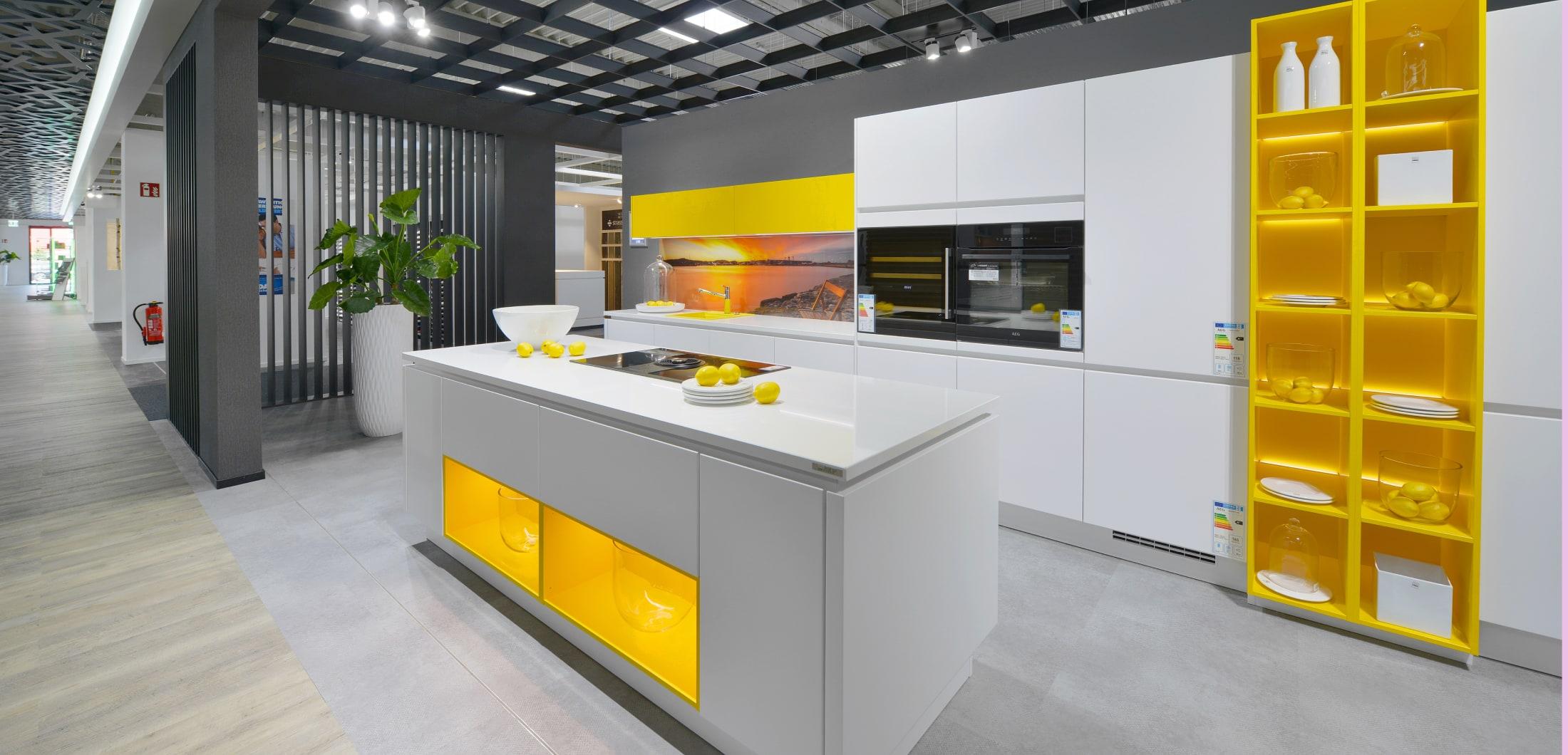 Hochwertige Designküche mit moderner Beleuchtung