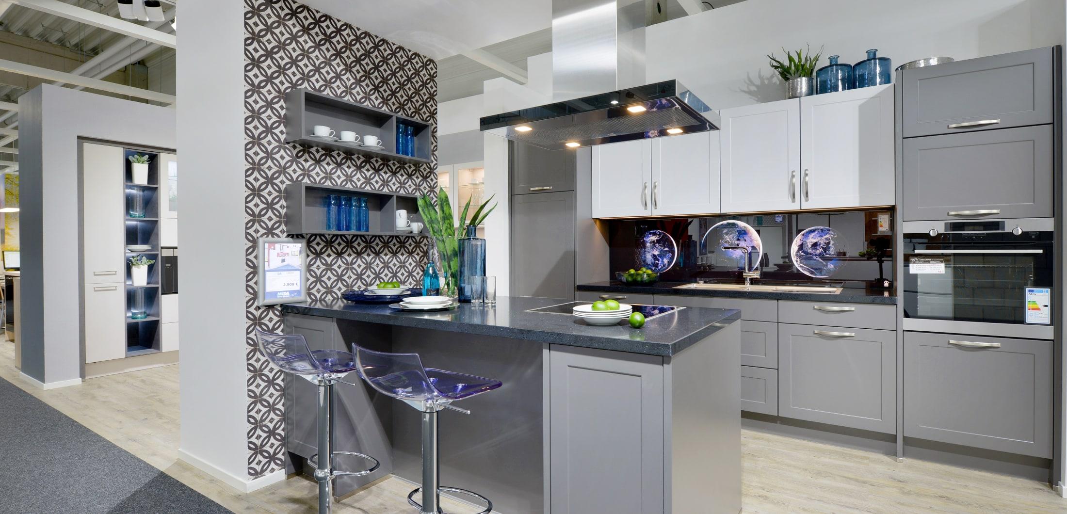 Küchenzeile mit Inselesse und moderner Küchenausstattung