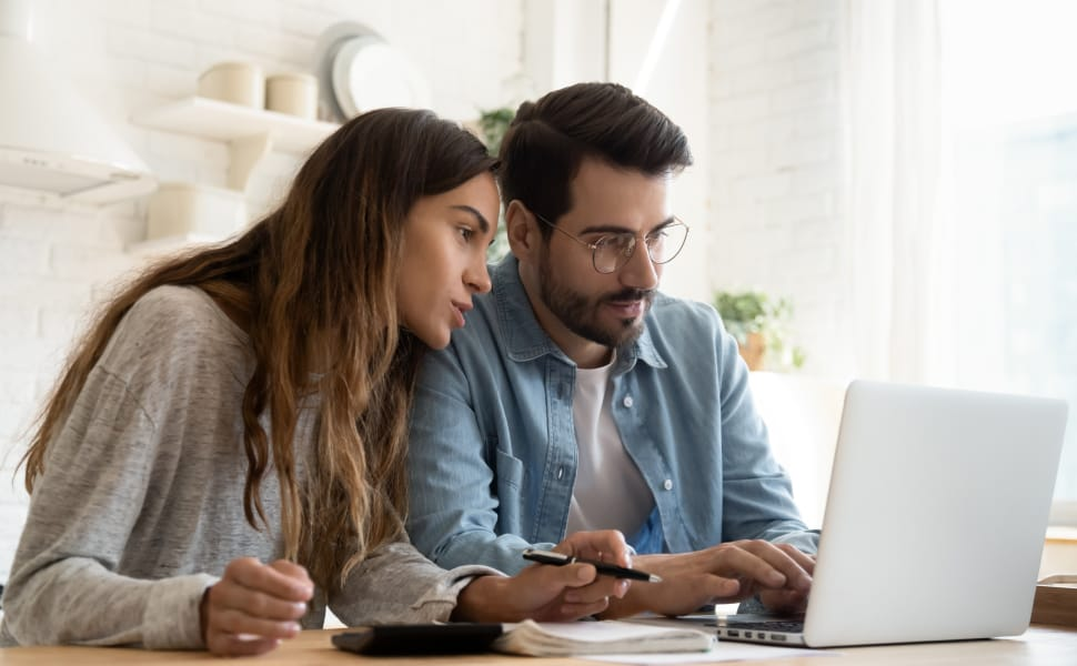 mann und frau benutzen laptop