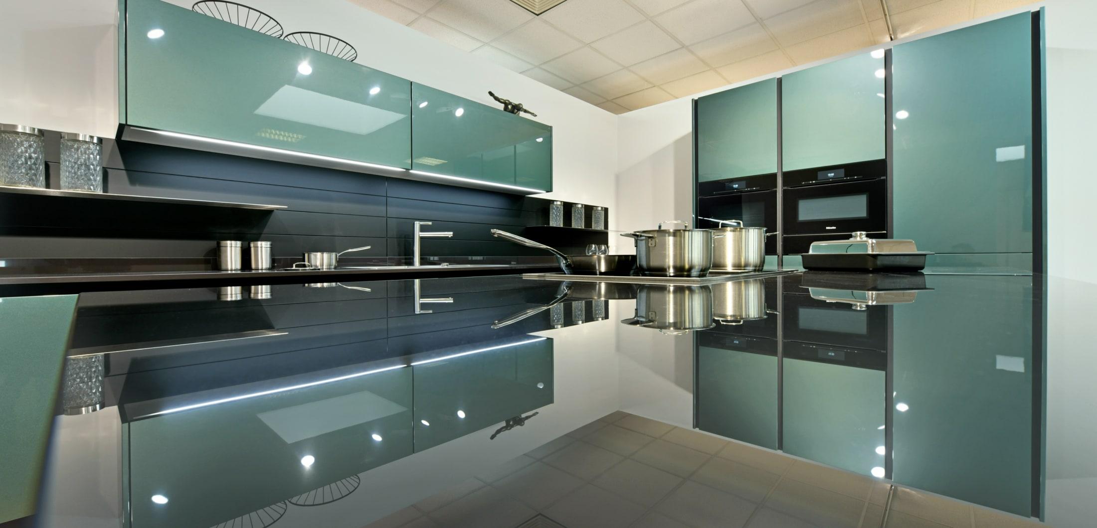 Voll ausgestattete Designerküchen mit hochwertige Küchenausstattung und modernen Küchengeräten.