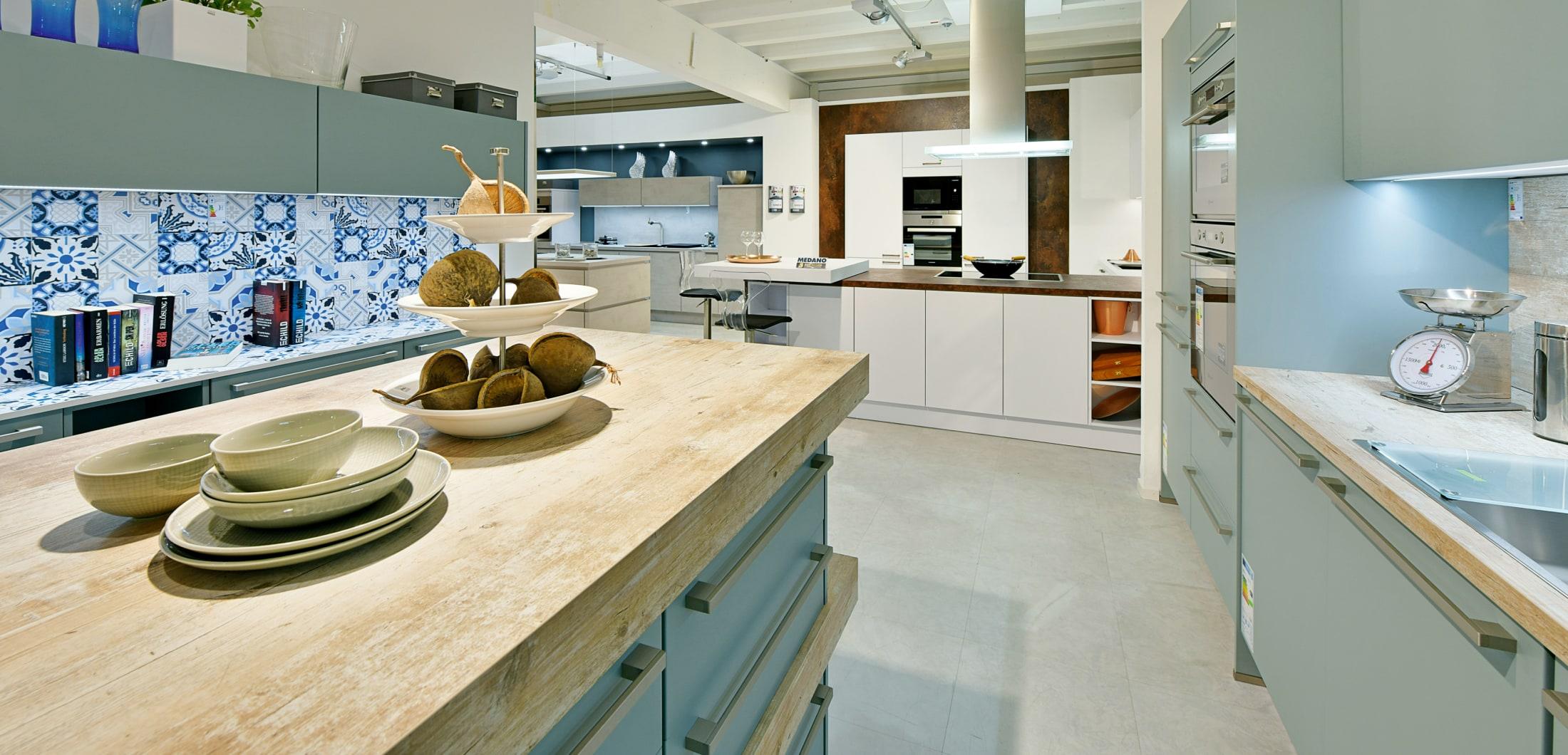 Küchenzeile mit Holzarbeitsplatte.