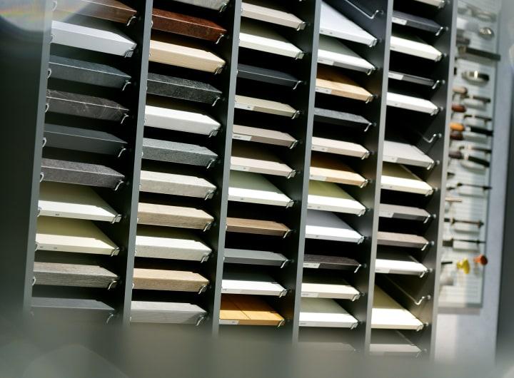 Muster von Küchenarbeitsplatten im Küchenstudio Kaarst.