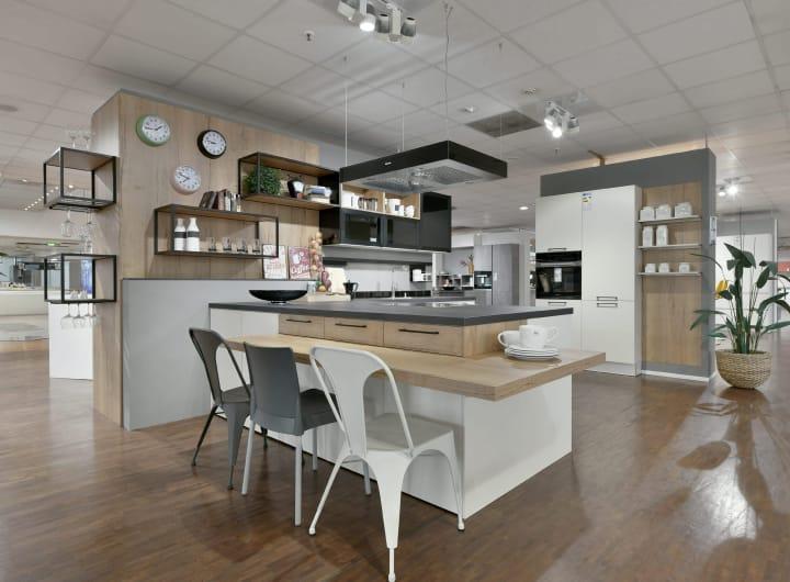 Küche mit Kücheninsel und modernen Einbaugeräten