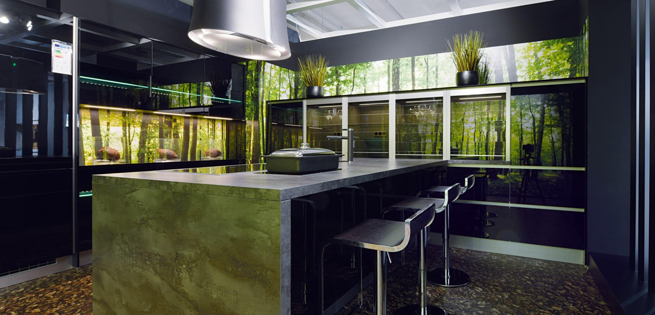 Hochwertige Designerküche mit Kücheninsel und grünen Elementen. Musterküche in Langenfeld.
