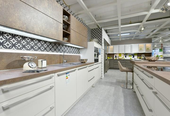 Voll ausgestattete Küche im Küchenstudio Langenfeld mit hochwertiger Ausstatung.