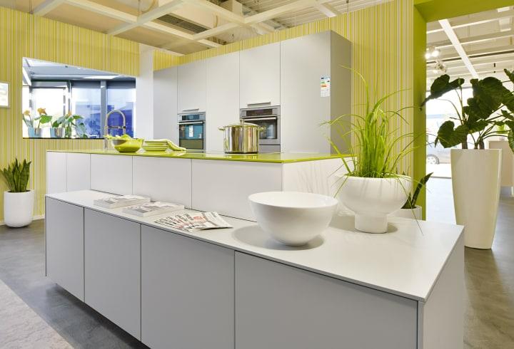 Küchenzeile mit Kücheninsel und hochwertigen Elektrogeräten.