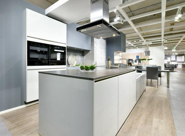 Designerküche mit Edelstahlarbeitsplatte und Designerausstattung. Hochwertige Dunstabzugshaube und Backofen.
