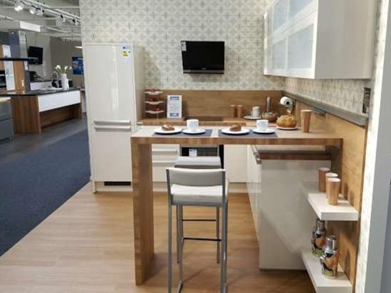 Helle Küche in U-Form mit Frühstücks-Theke und EInbaugeräten