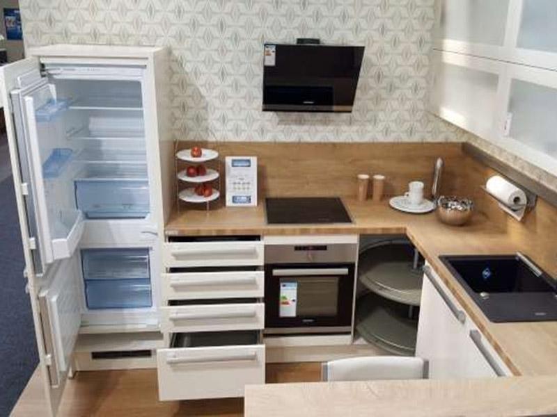 Helle Küche mit Ofen, Spüle, Kühlschrank, Abzug, Kochfeld
