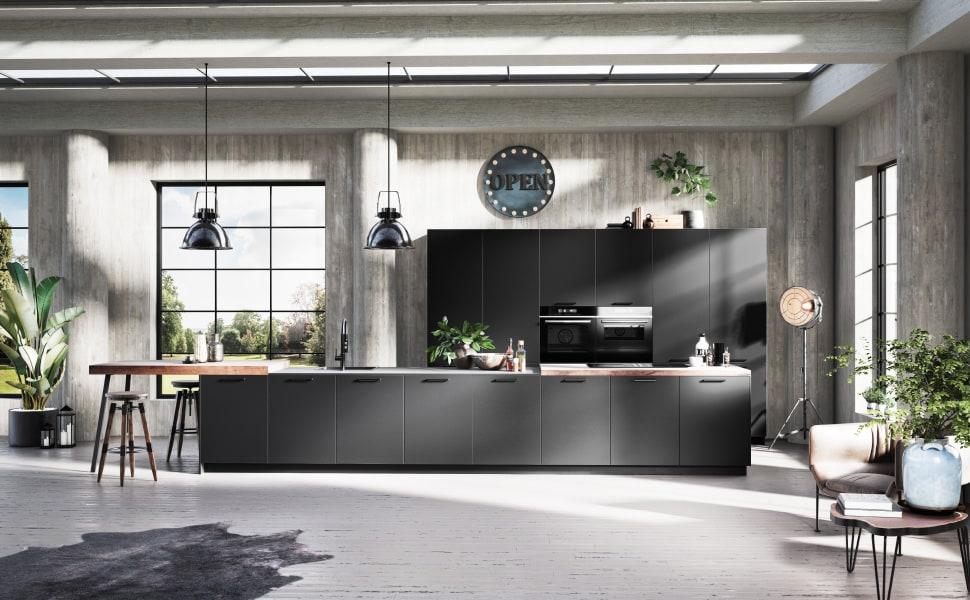 Große schwarze Küche mit Insel