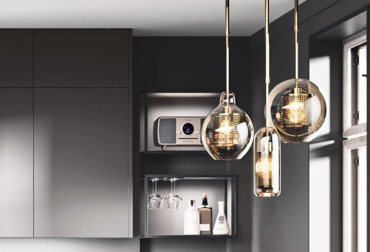 Beleuchtung in grauer Hochglanzküche