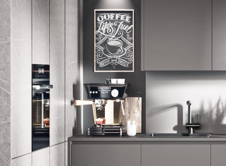 Kaffeemaschine in grauer Hochglanzküche