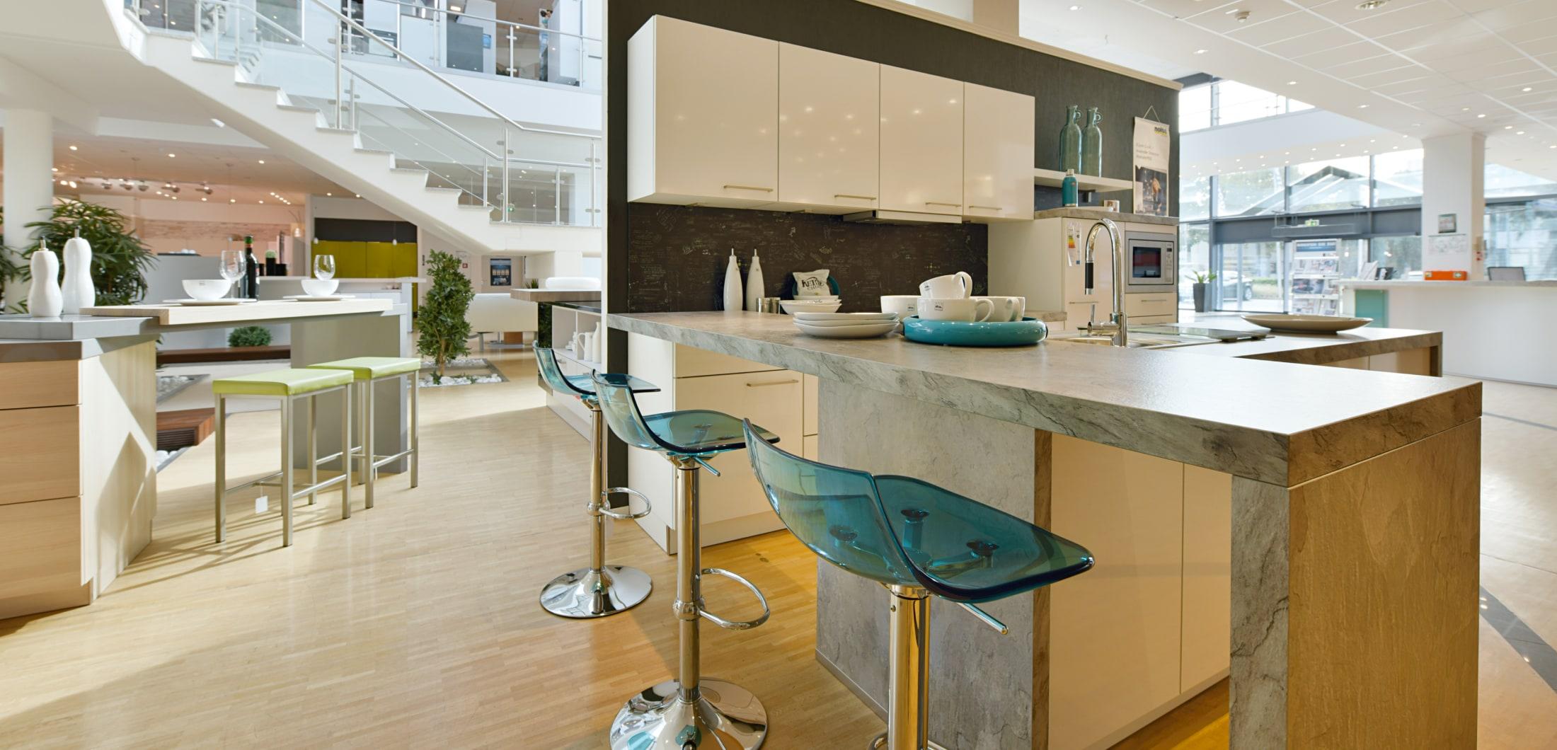 Küchentheke mit Stühlen
