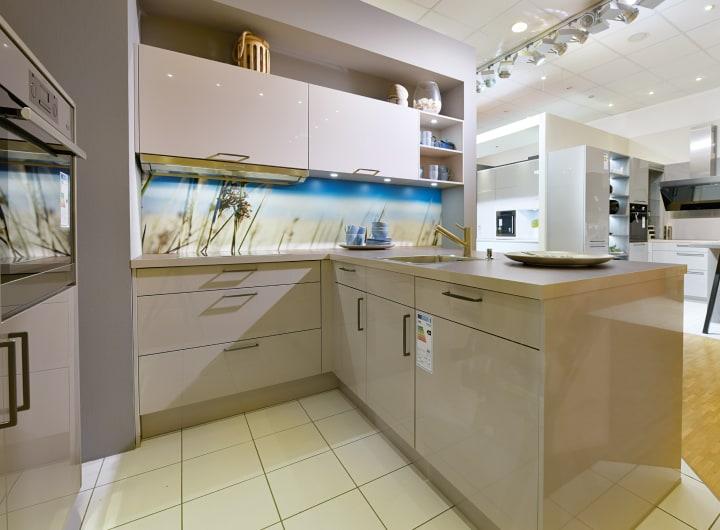 U-Küche mit weißen Fronten zur Ausstellung im Küchenstudio Ratingen